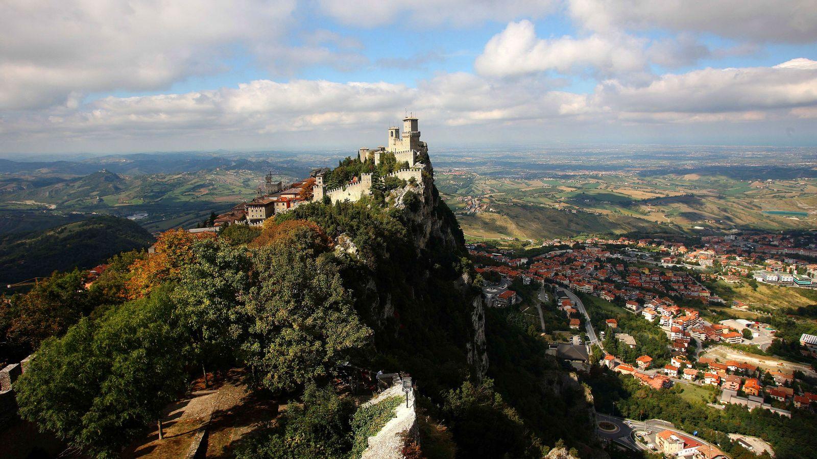 Mit einer Fläche von nur 61 km² ist San Marino ein Zwergstaat, aber der Ausblick von ...