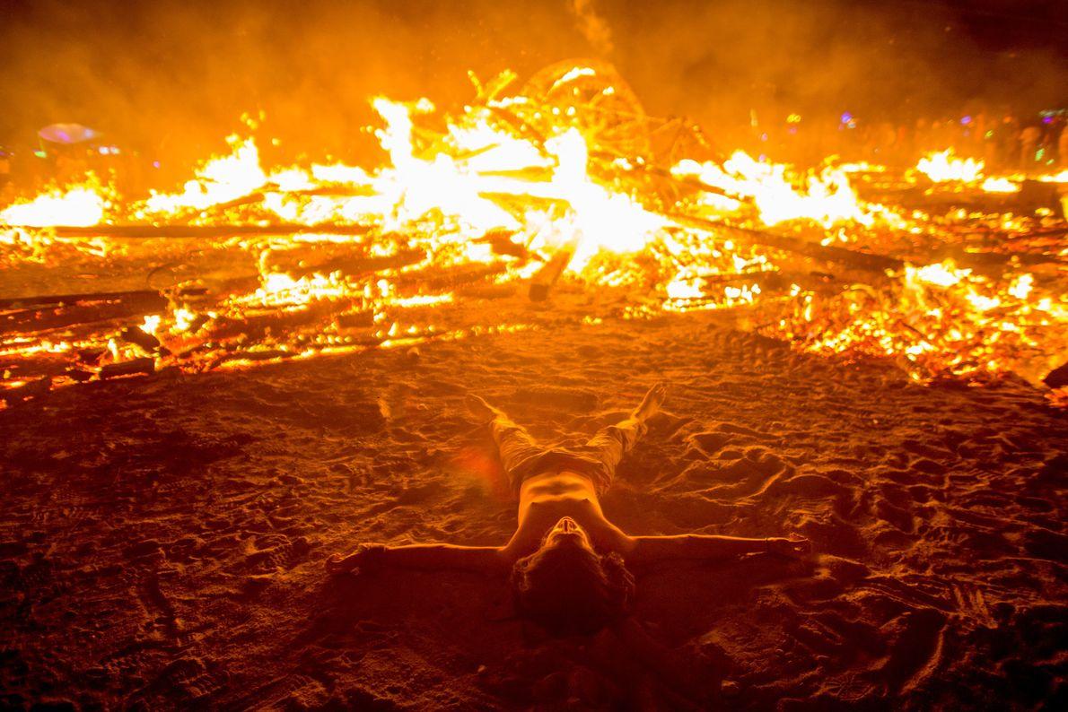 Menschen tanzen um Feuer