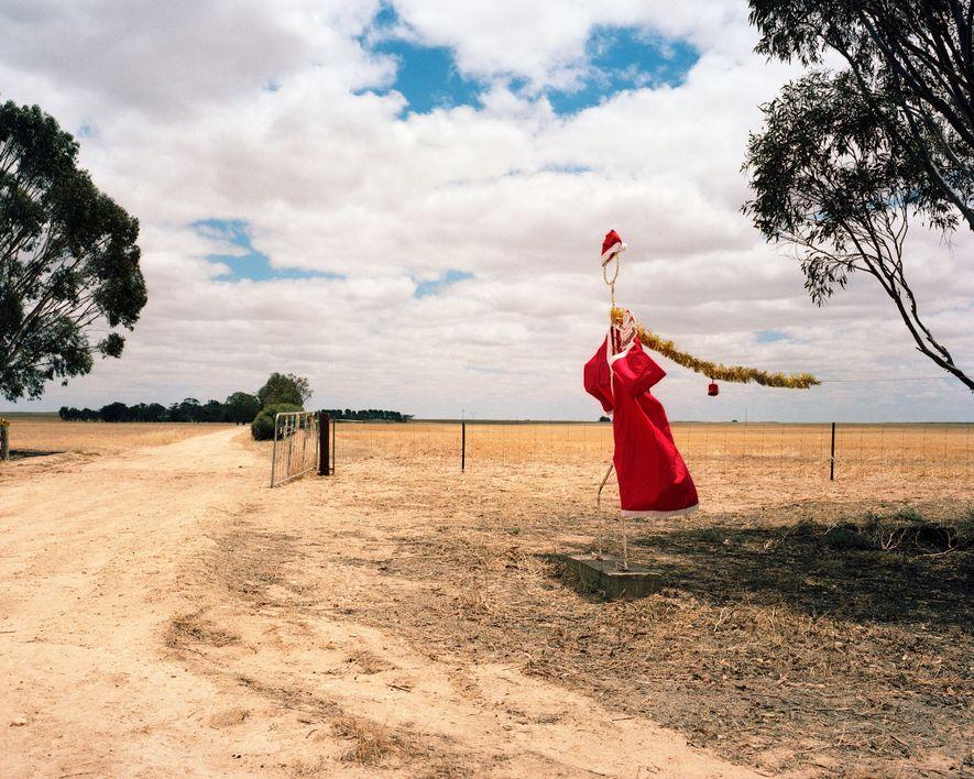 "Ein ""Outback Santa"" in South Australia weht 2006 im Wind."