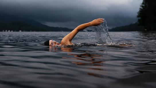 Person schwimmt im See