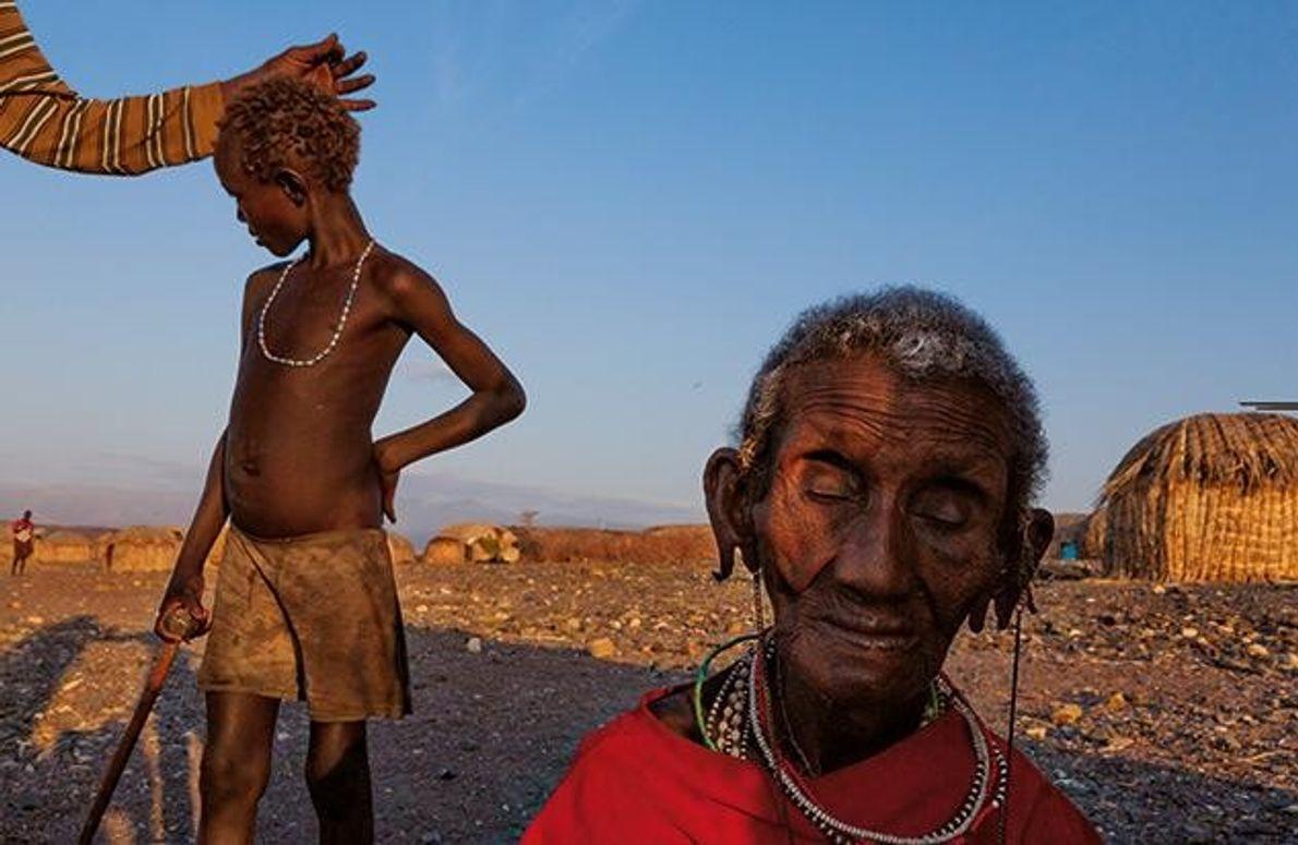Die Völker am See sind bedroht. Die Frau im Vordergrund ist eine der Letzten vom Stamm …