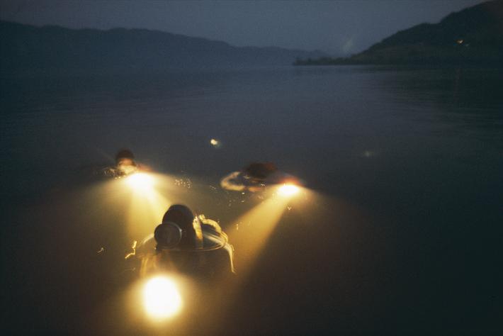 Fotografen und Wissenschaftler des National Geographic unternehmen 1977 einen Tauchgang im Loch Ness, um den schottischen ...