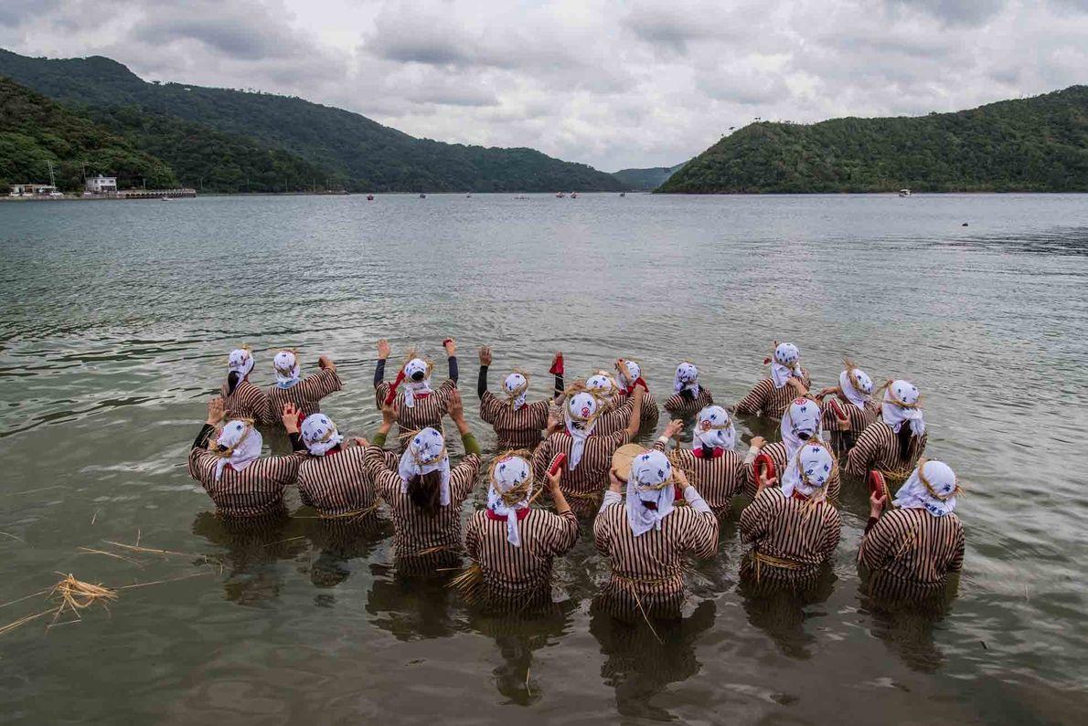Während des Ungami-Festes waten die Frauen in die Shioya-Bucht, um die Männer des Dorfes bei ihrer ...