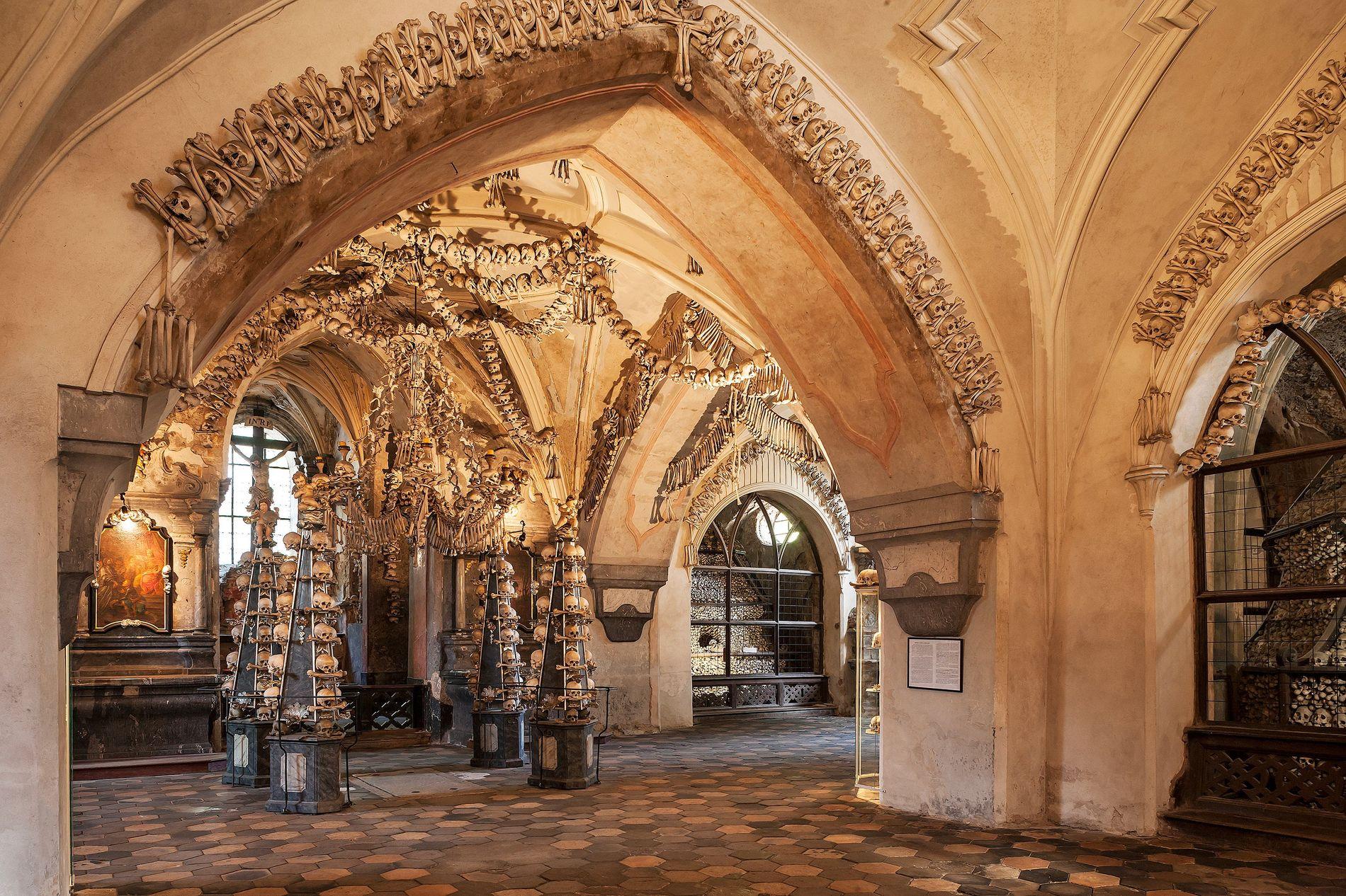 Das tragisch-schöne Sedletz-Ossarium ist über und über mit menschlichen Knochen geschmückt, die gebleicht und zerlegt wurden.