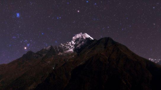 Über dem Thamserku in Nepal leuchtet der helle Stern Aldebaran.