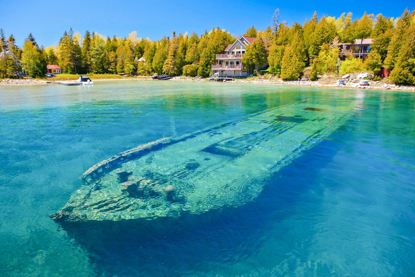 Begeisterte Taucher werden sich an den unterseeischen geologischen Formationen und den 22 historischen Schiffswracks des Parks ...