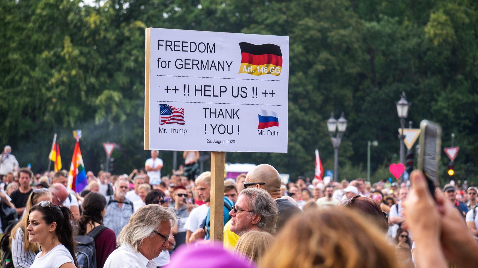 QAnon Anhänger auf der Anti-Corona-Demonstration in Berlin am 29.8.2020.