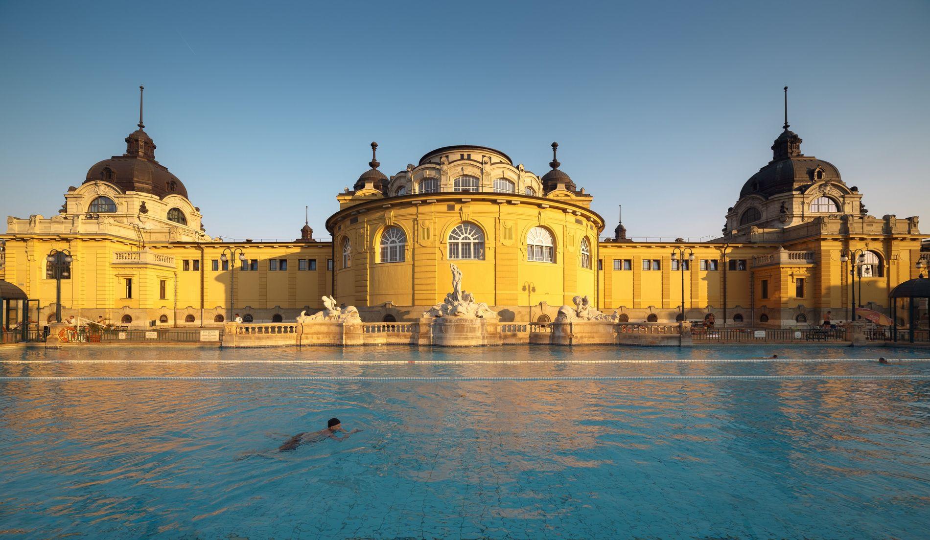 Das im neobarocken Stil errichtete Széchenyi-Heilbad befindet sich im Stadtpark von Budapest.