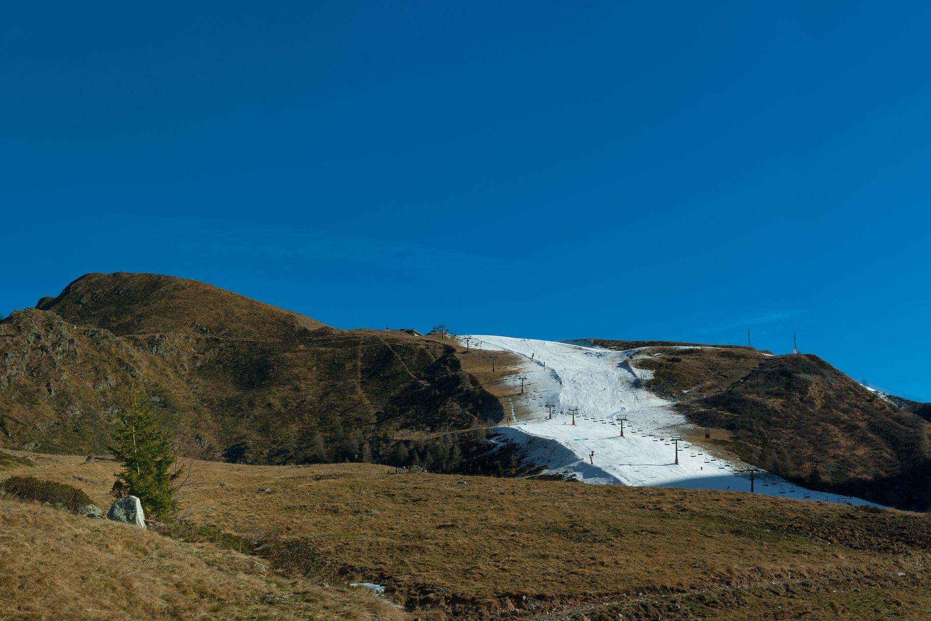 Berg fast ohne Schnee