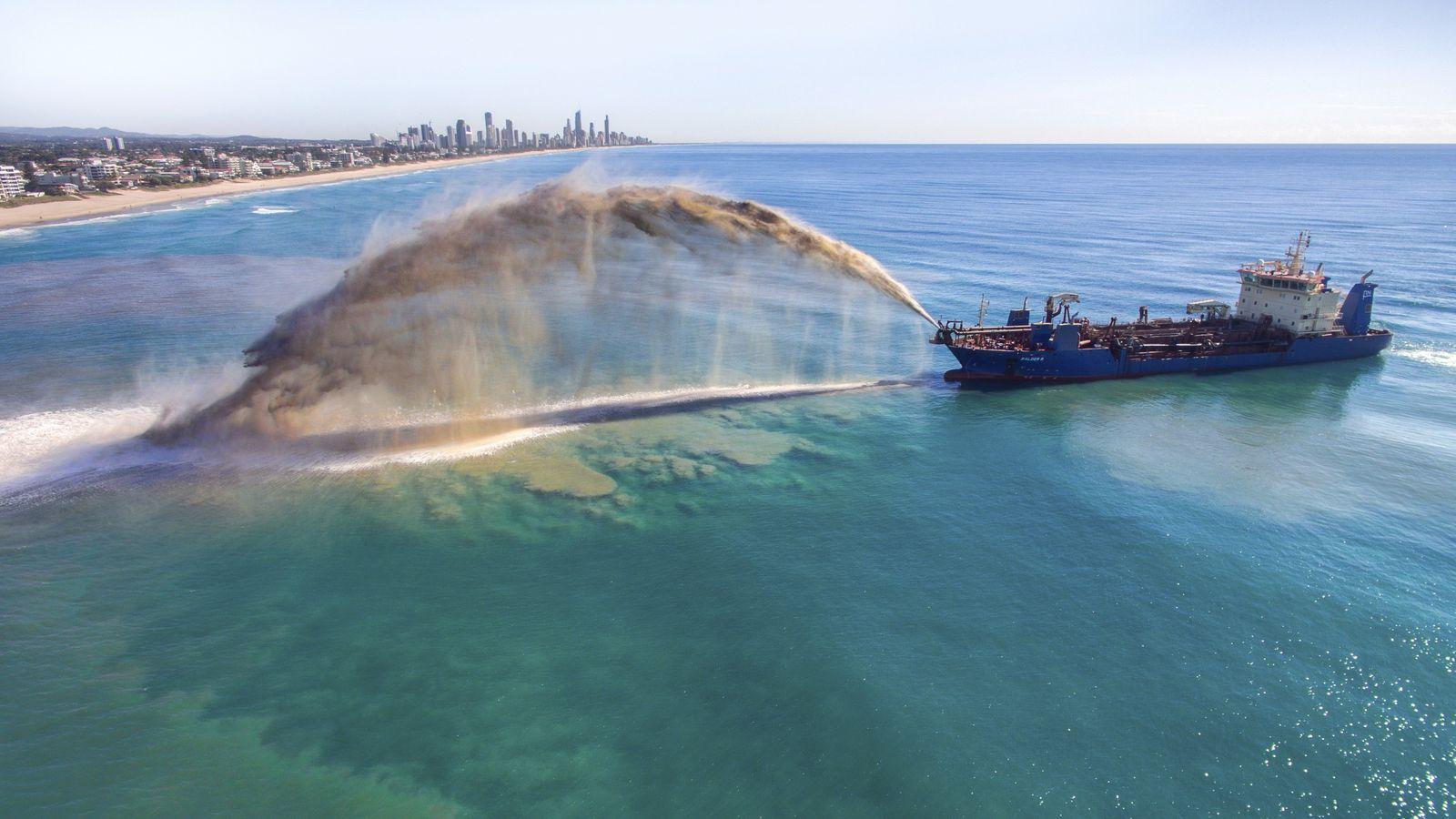 Sandvorspülung vor der Gold Coast in Australien: Ein Schiff pumpt neuen Sand an den Strand, um ...