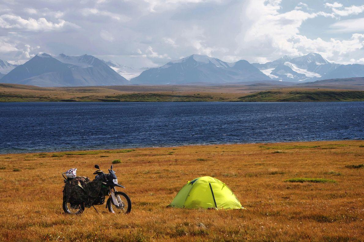 Motorrad und ein Zelt