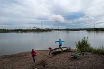 Kinder spielen am 5. Juli 2019 am Ufer des Flusses Kolyma in der sibirischen Stadt Syrjanka, ...
