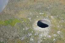 Der neu entdeckte Krater gehört zu den bisher größten und ist etwa 50 Meter tief.