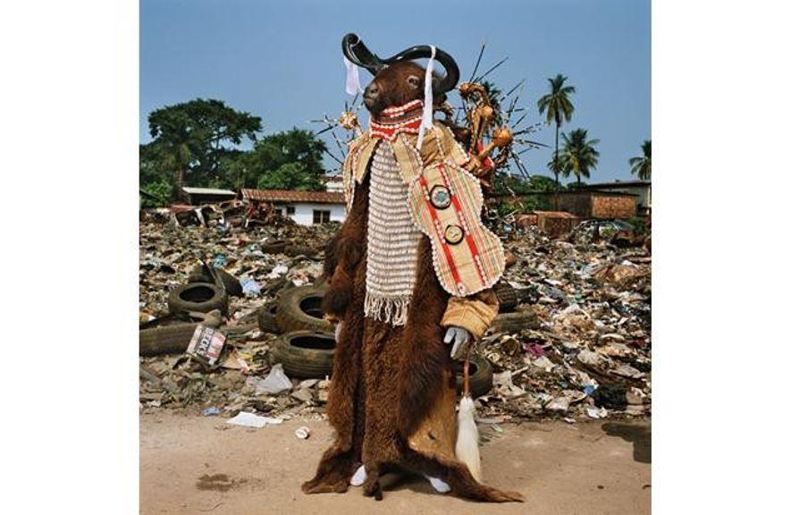 Dieser grimmige Wasserbüffel-Geist ist die Galionsfigur eines Männerclubs in Freetown. Bei Paraden ziehen Vereine mit einem ...