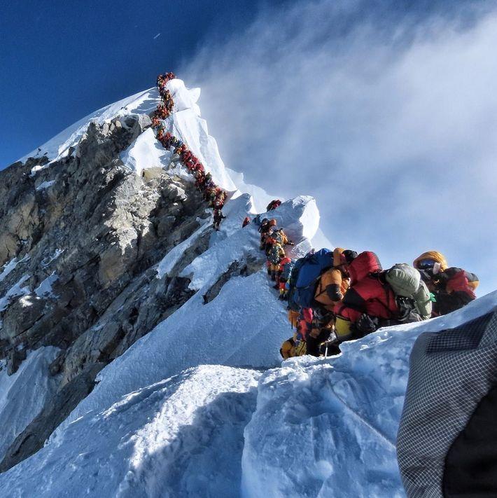 Der nepalesische Kletterer Nirmal Purja Magarveröffentlichte dieses Foto von Menschenmengen auf dem Mount Everest auf Instagram. ...