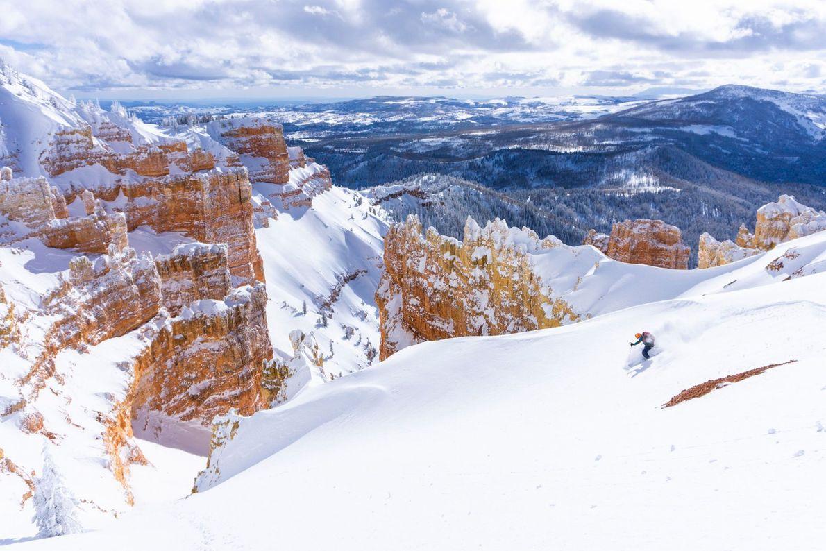Orangerote Schluchten durchbrechen die malerischen Skipisten im südlichen Utah. Im Brian Head Resort, etwa dreieinhalb Stunden ...