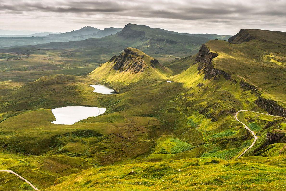 Der Skye Trail auf der schottischen Trotternish-Halbinsel führt auf etwa 29 Kilometern über die Trotternish Ridge. ...