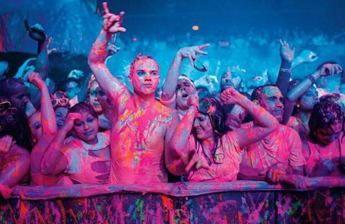 ... hatte Austin Brown (Mitte) noch nie besucht, eine Tanzparty, bei der es fluoreszierende Farben auf …