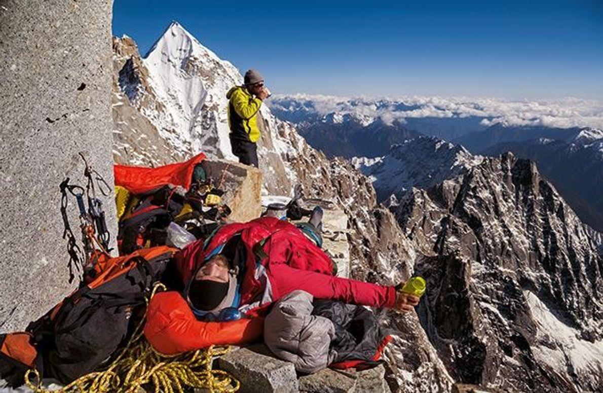Die Gipfelpyramide des Hkakabo Razi scheint zum Greifen nah. Doch Autor Mark Jenkins (hinten) und Videofilmer …