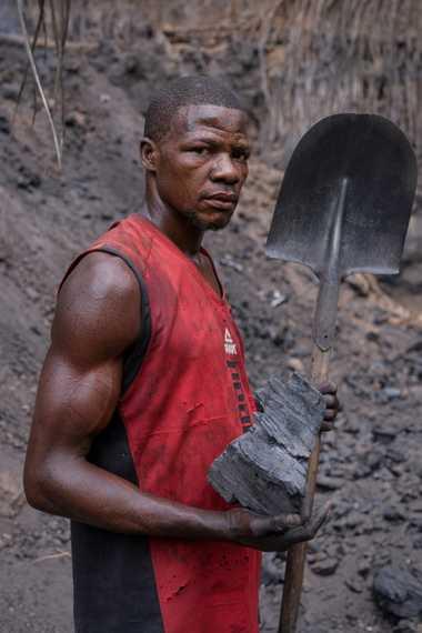 Papa Lukombo Kop betreibt einen traditionellen Kohlenmeiler, in dem Holzscheite durch Hitze zu Holzkohle werden.