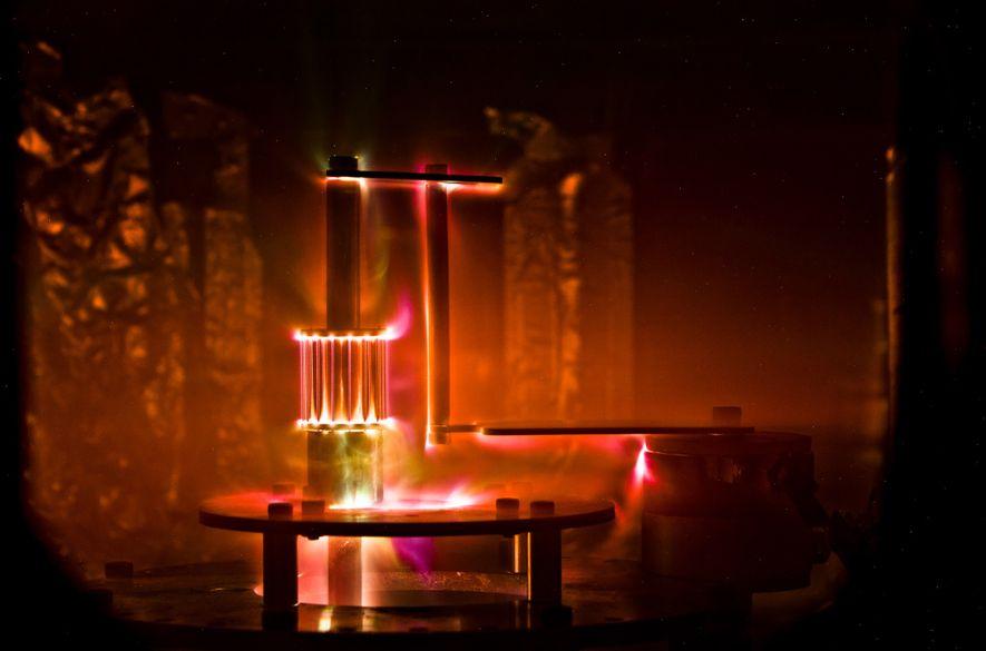 Diese Aufnahme zeigt ein funktionales Modell der Sonne: zylindrisch angeordnete Kabel, die durch einen enorm starken ...