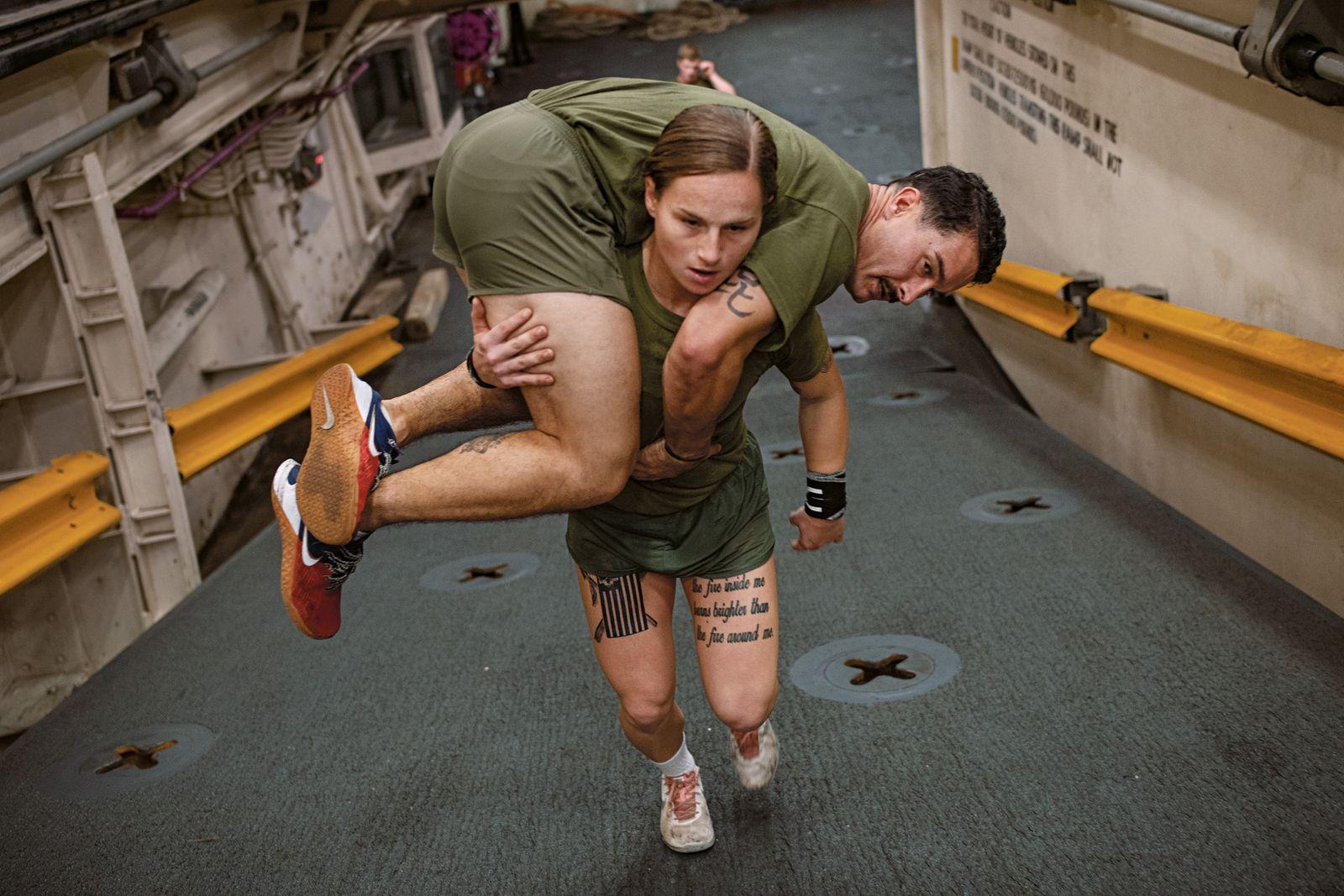Im Notfall müssen weibliche Mitglieder des Marines Corps, einer Elite-Einheit der US-Armee, Verletzte auch alleine retten. ...