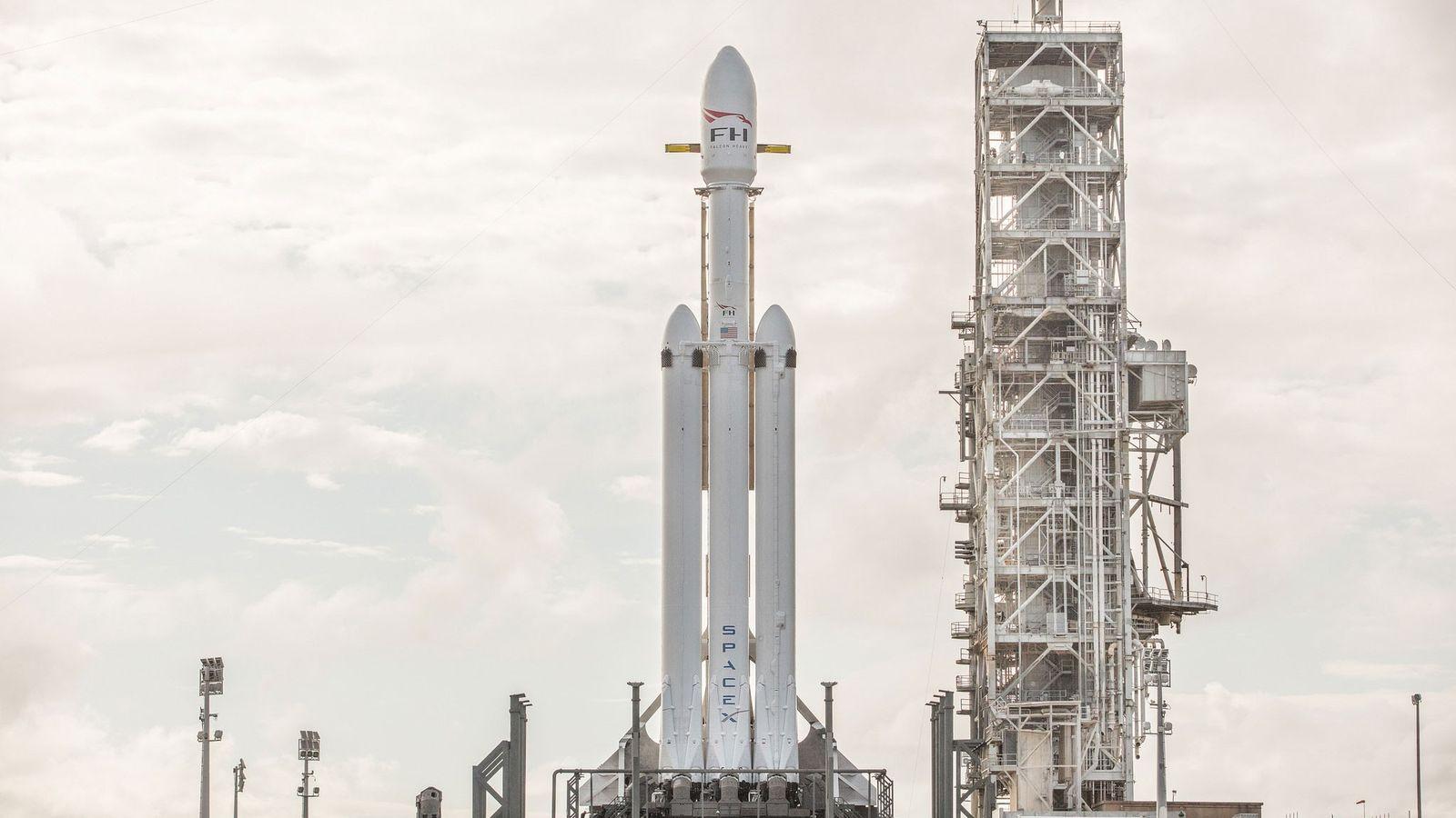 Die Falcon Heavy steht an der Startrampe 39A im Kennedy Space Center der NASA – ein ...