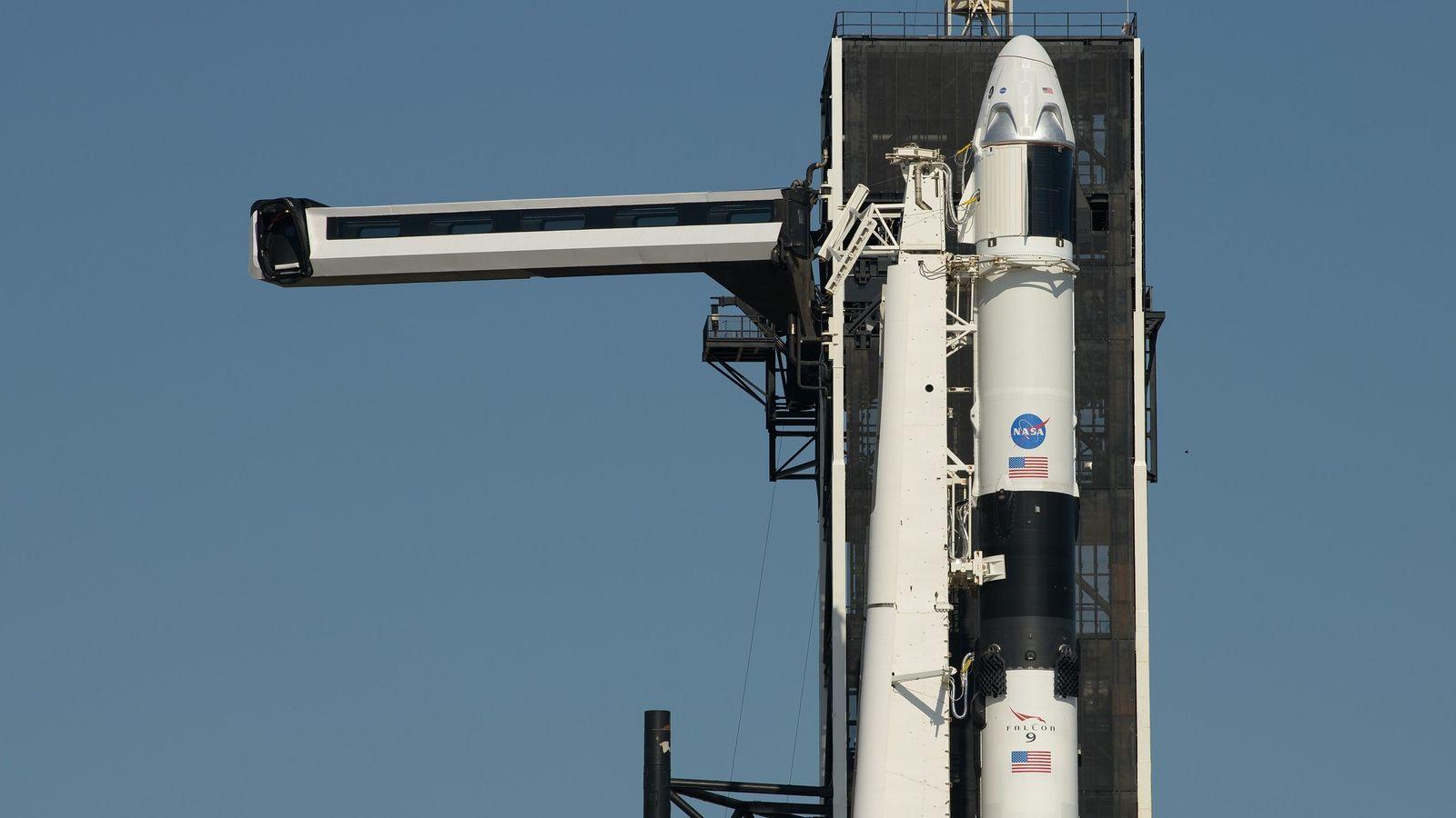 Die Zugangsrampe für das Crew Dragon-Raumfahrzeug und die Rakete Falcon 9 von SpaceX wird am 21. ...