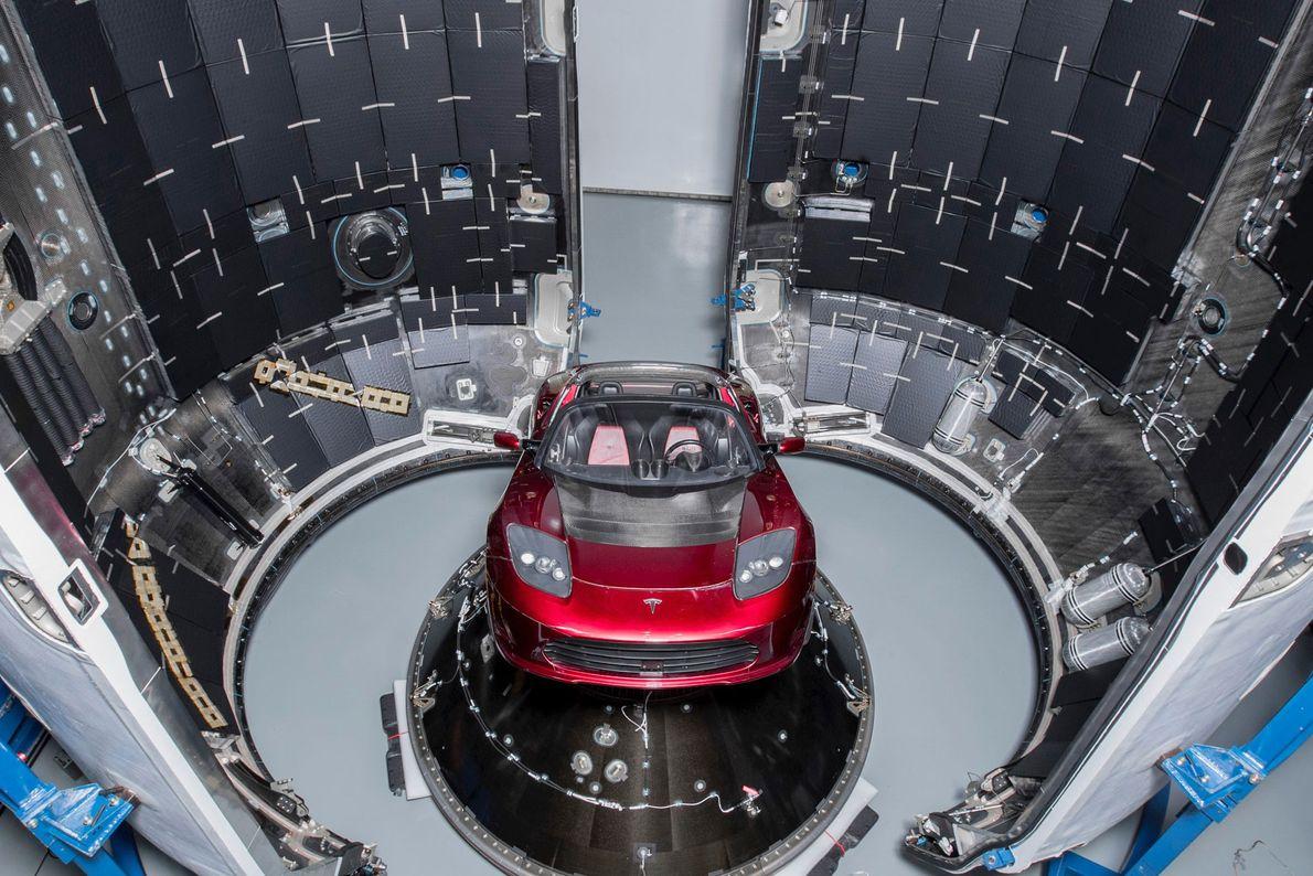 Die Falcon Heavy soll diesen Tesla Roadster ins All tragen.