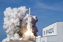 Eine SpaceX-Rakete vom Typ Falcon 9 bei ihrem Start vom Kennedy Space Center im Februar 2018.