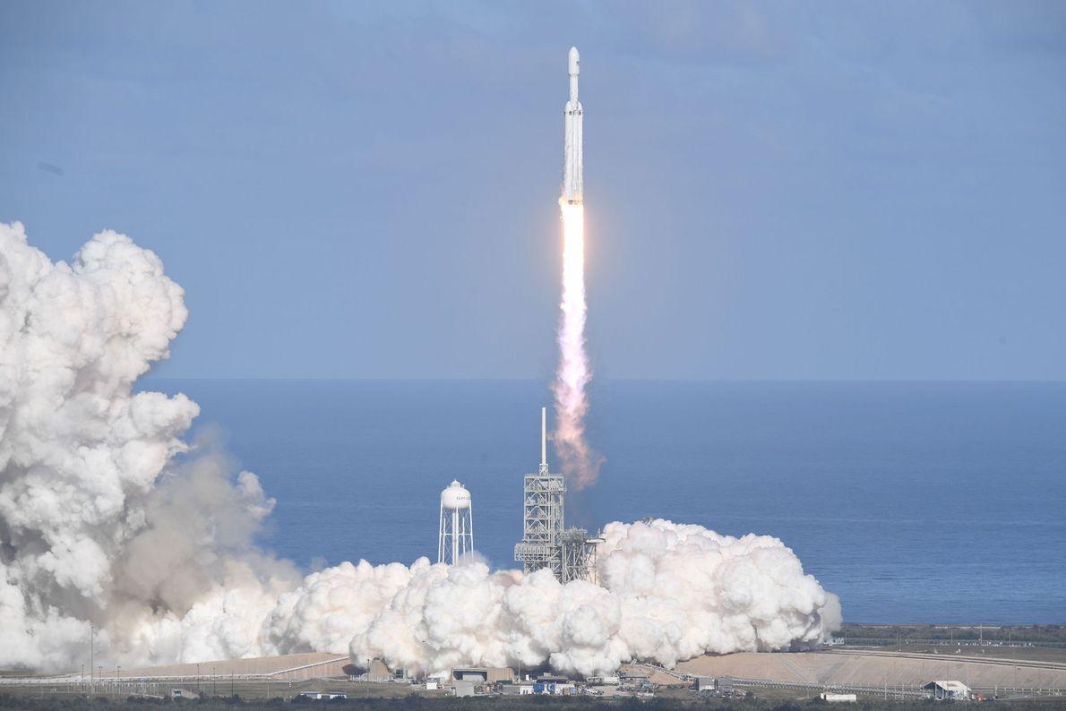 Die Falcon-Heavy-Rakete von SpaceX startete am 6. Februar von der Startrampe 39A des Kennedy Space Centers ...