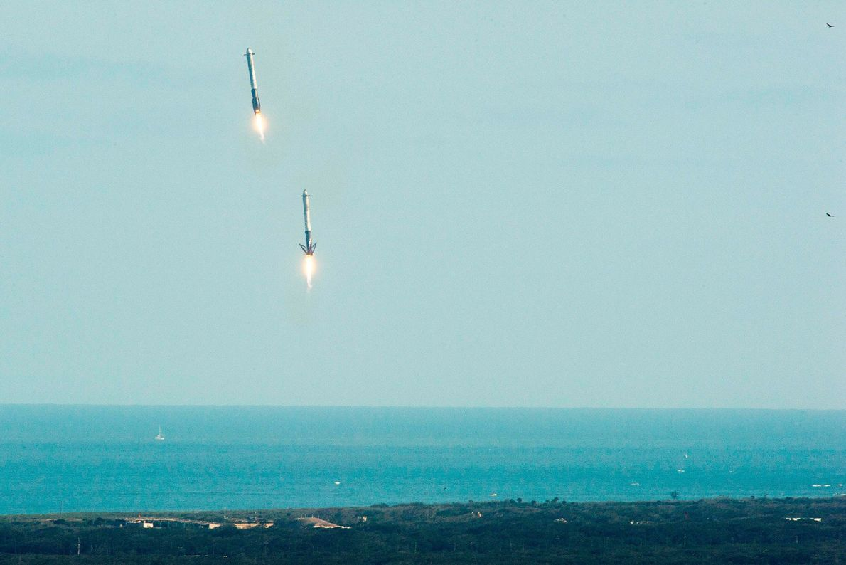 Ein paar Minuten nach dem Start der Falcon Heavy landen zwei ihrer Booster wieder im Kennedy ...