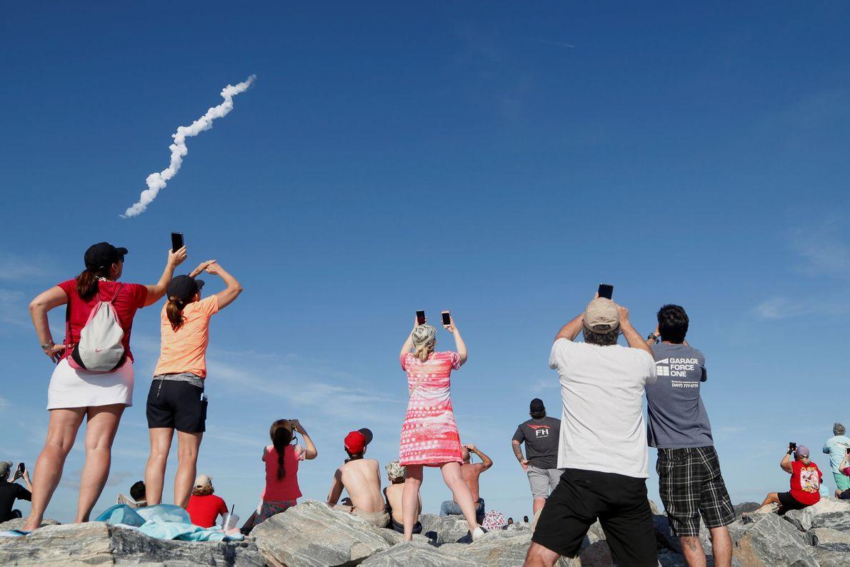 Am Cocoa Beach in Florida beobachteten Zuschauer den Start der Falcon Heavy am 6. Februar 2018.