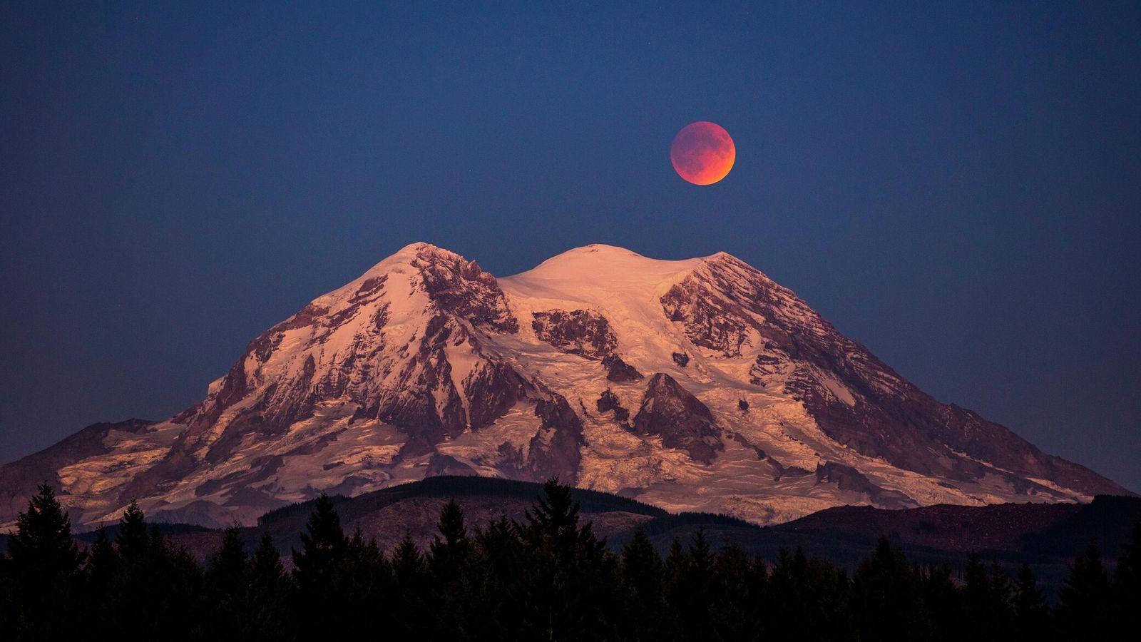 Ein Blutmond – eine totale Mondfinsternis – hängt über dem Mount Rainier im US-Bundesstaat Washington.