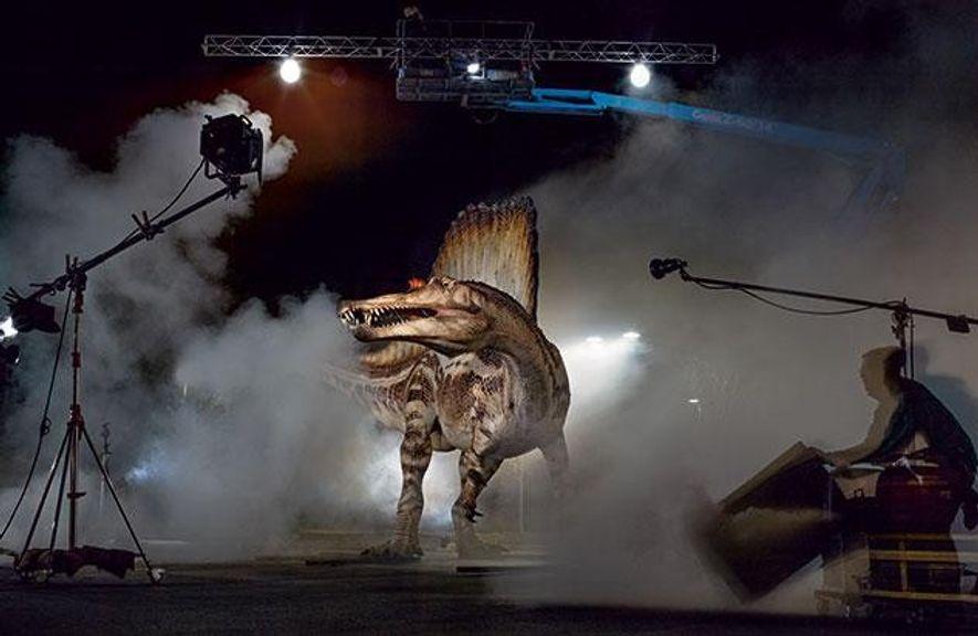 Um das Modell des Spinosaurus richtig in Szene zu setzen, ließ der Fotograf wie bei einem ...