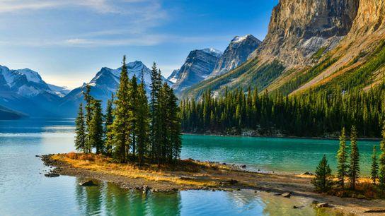 Panoramablick des wunderschönen Spirit Island im Maligne Lake, Jasper-Nationalpark, Alberta.