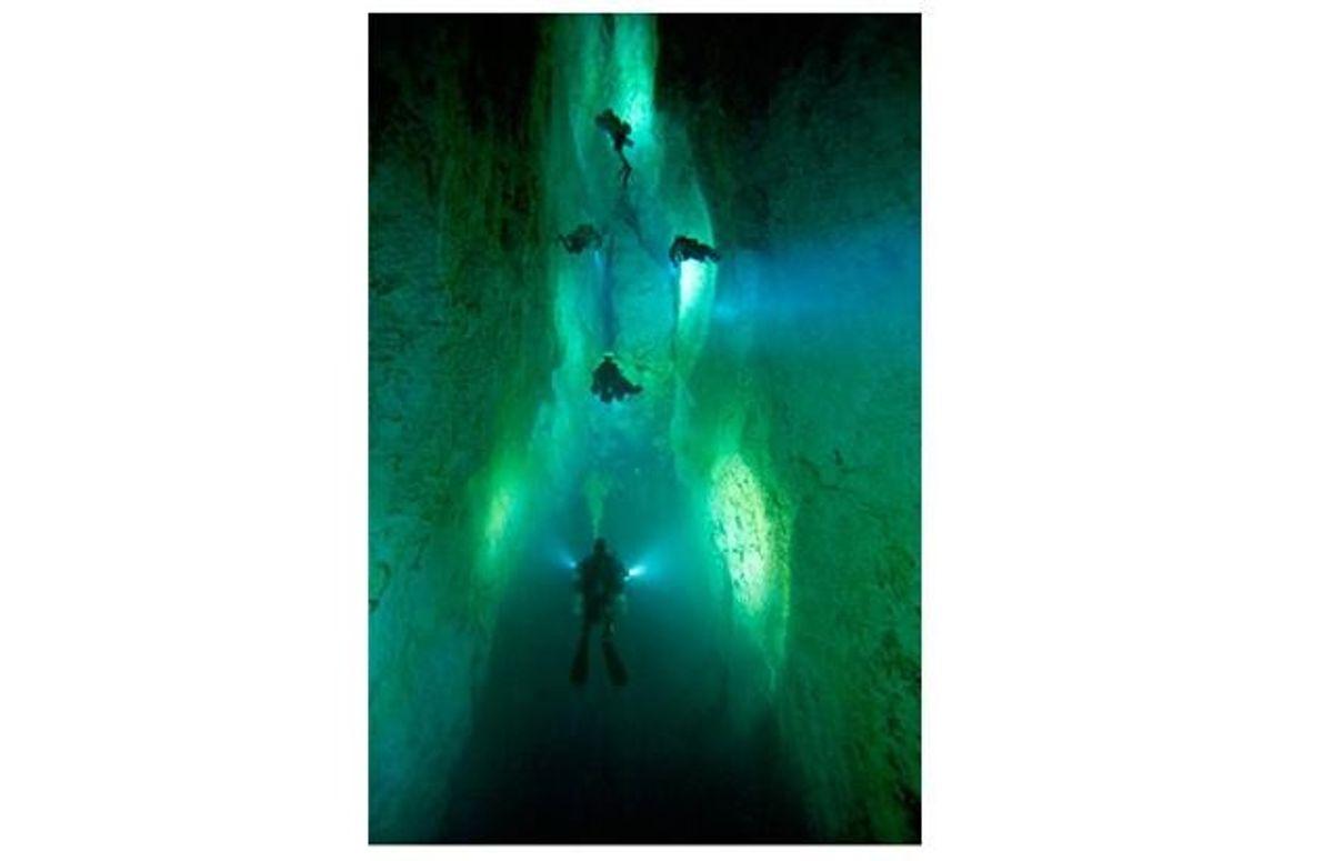 """Die Lampen der Taucher erhellen das Ausmaß des Nordgangs in der Höhle namens """"Stargate"""" auf Andros."""