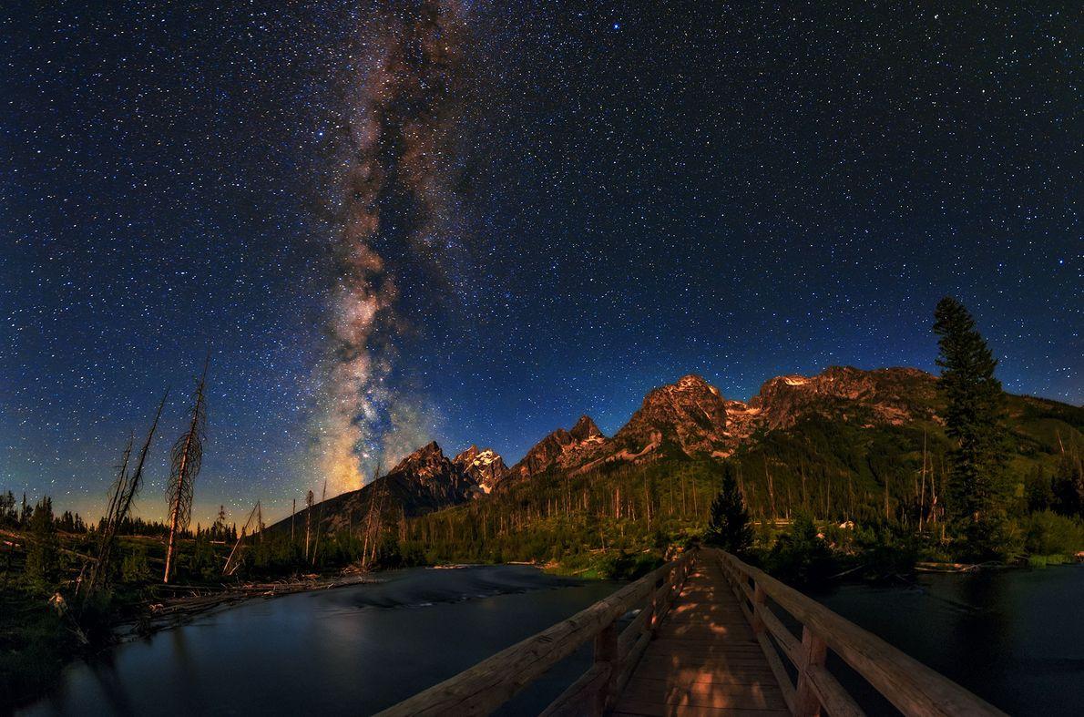 Im Grand-Teton-Nationalpark leuchtet die Milchstraße über der den Bergkämmen der Rocky Mountains.