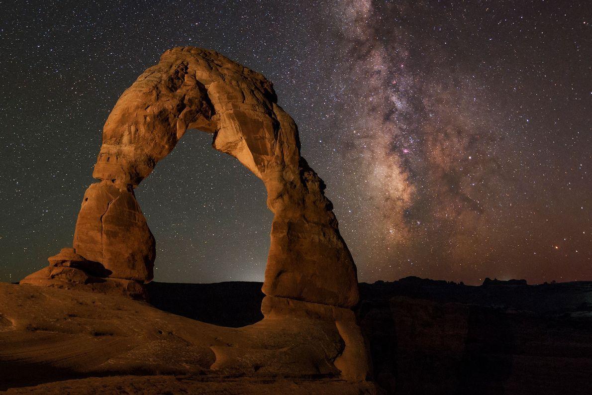 In Arches-Nationalpark sieht man die Milchstraße hinter einer fast zerbrechlich wirkenden Felsformation.