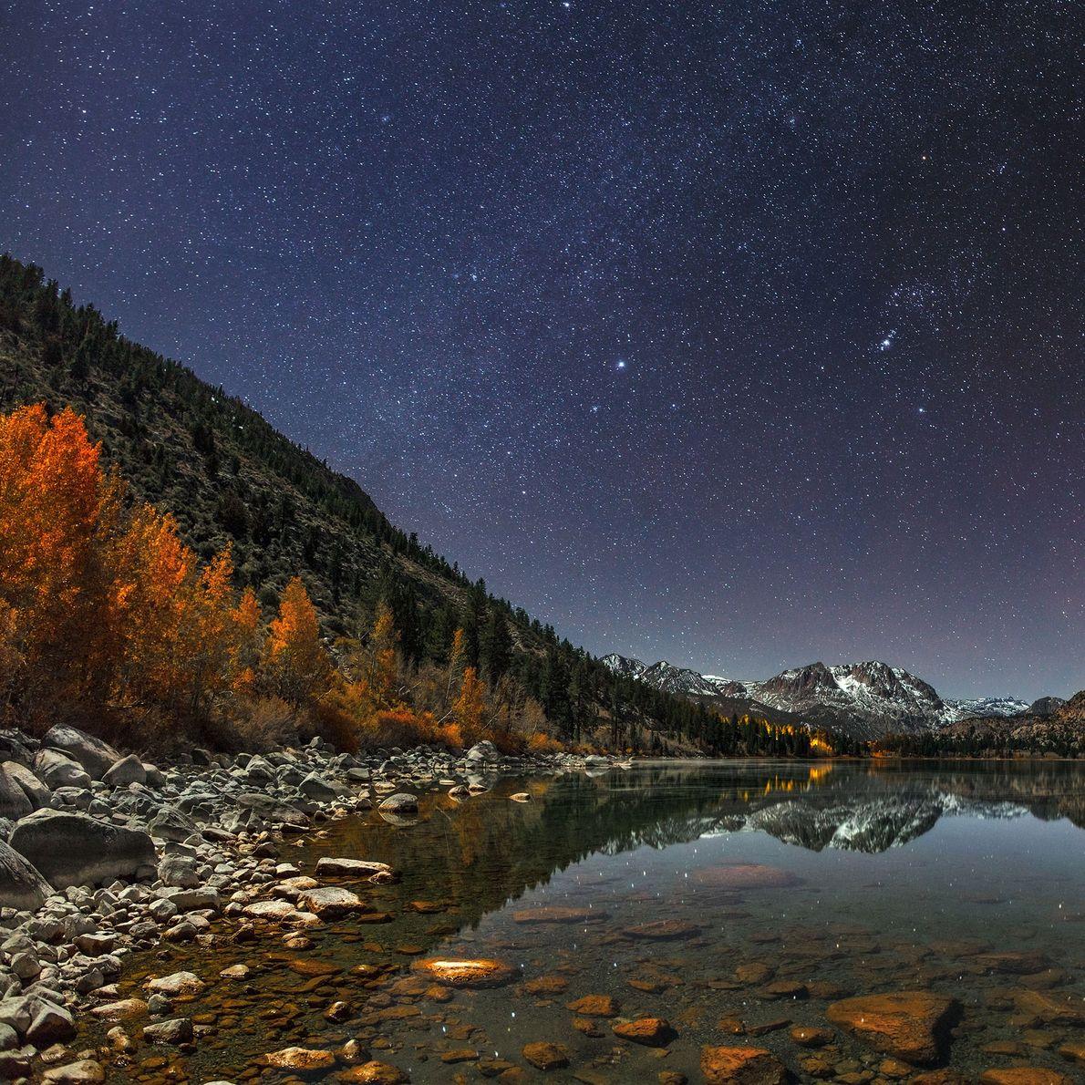 In der Sierra Nevada spiegelt sich der Nachthimmel im June Lake.