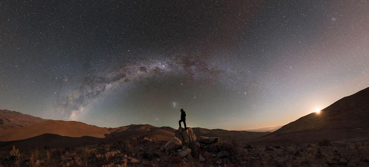 Während der Mond über der Wüste untergeht, sind die Sterne und die Milchstraße noch gut zu ...