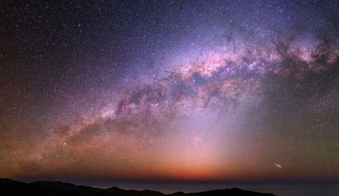 Über der Atacama-Wüste bekommt man in klaren Nächten einen farbenfrohen Nachthimmel, die Milchstraße und den Streif ...