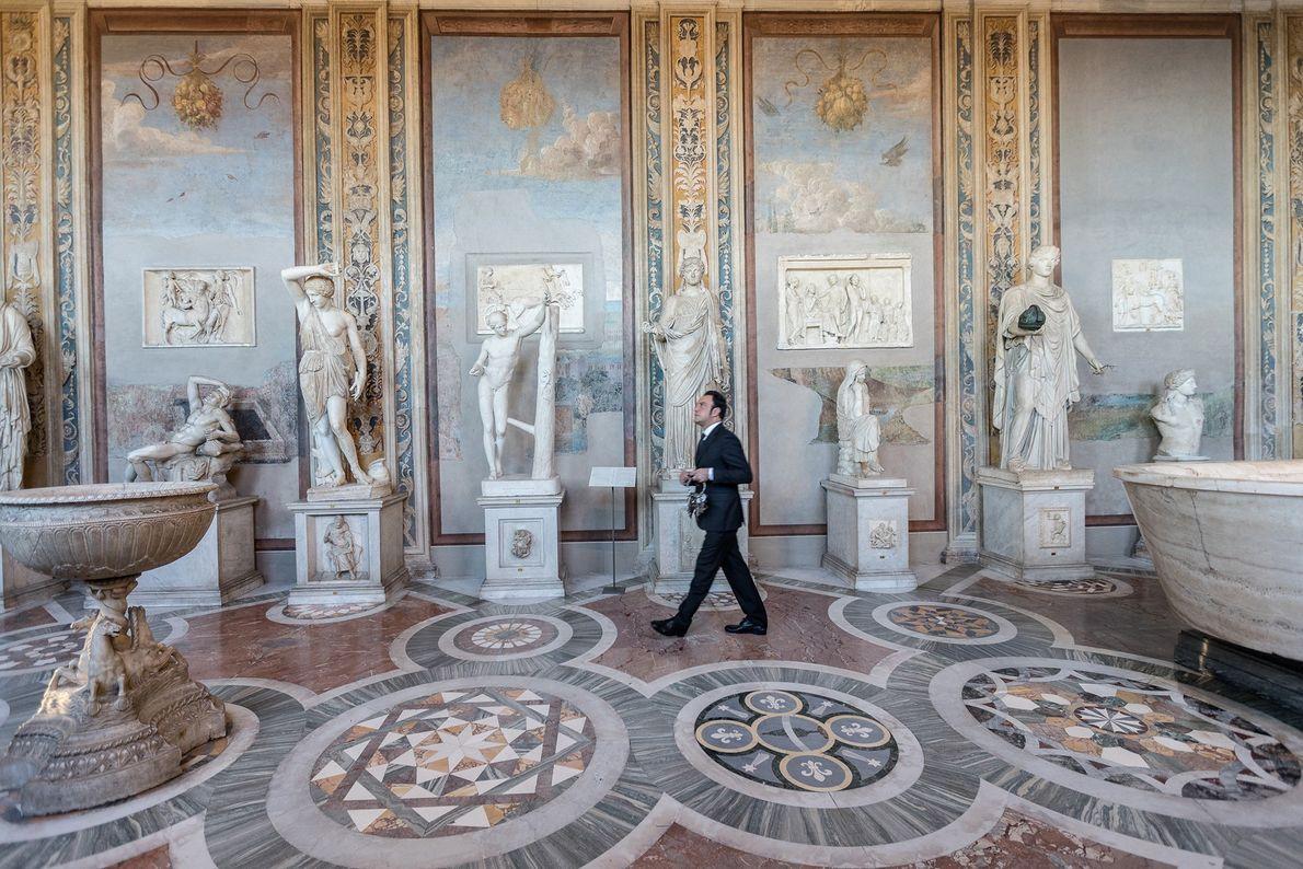 In der Statuengalerie und der Halle der Büsten sind Werke wie die Schlafende Ariadne und Fresken ...