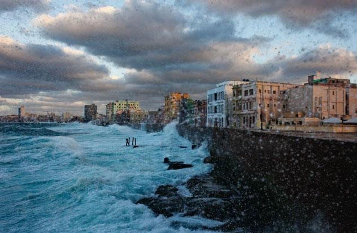 Der jahrhundertealte Steinwall des Malecón, der berühmten Uferpromenade Havannas, schützt die Stadt vor der Wucht der …