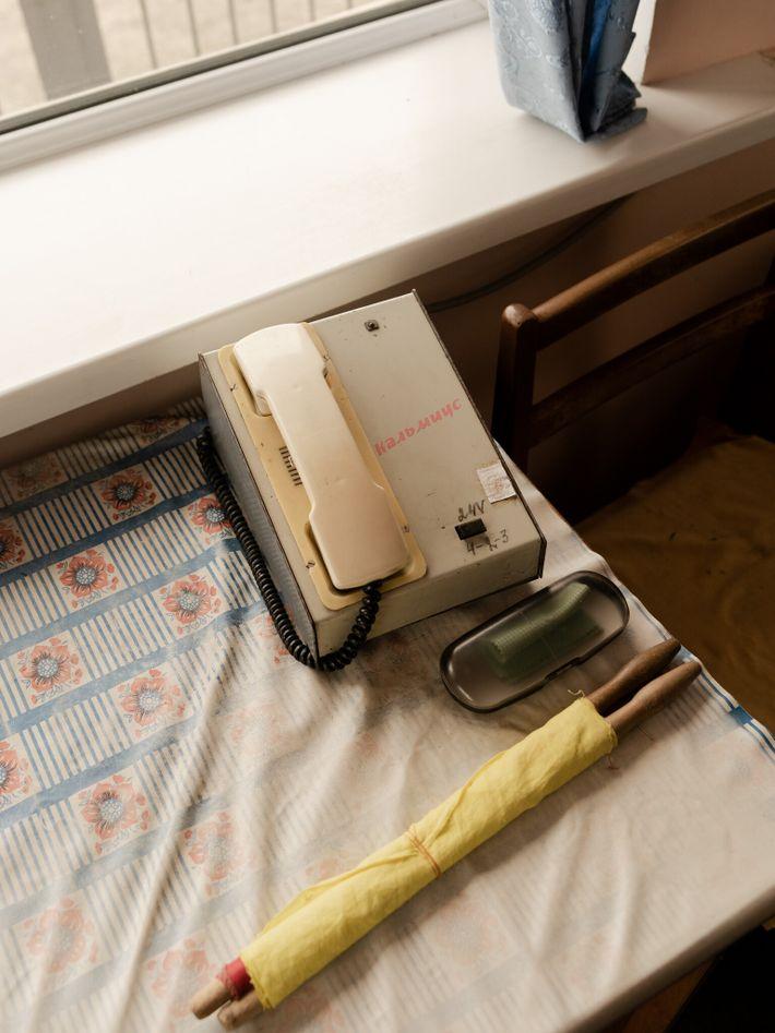 Telefon und gelbe Flagge in einem ukrainischen Eisenbahnhäuschen