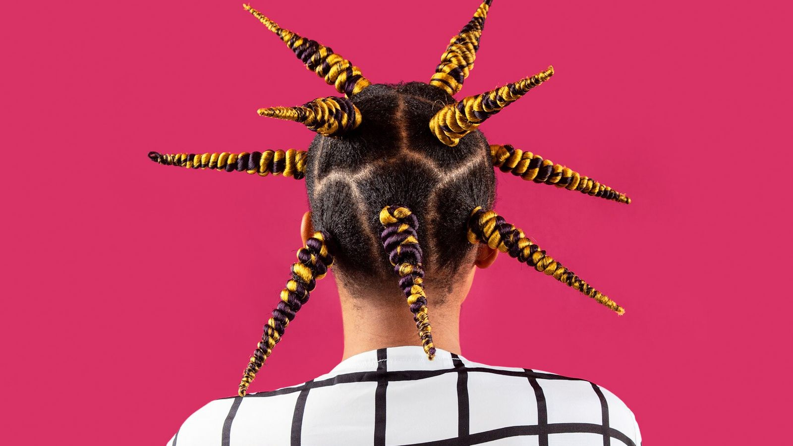 Frau von hinten mit extravaganter Frisur