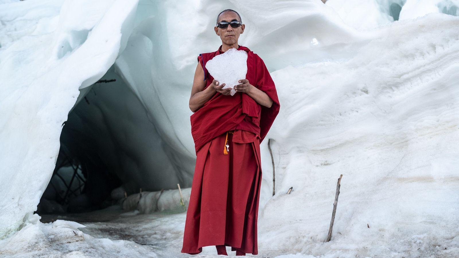 Gyen Rigzen leitet das Kloster im Dorf Phyang. Er hält den Brocken einer Eisstupa, eines buddhistischen ...