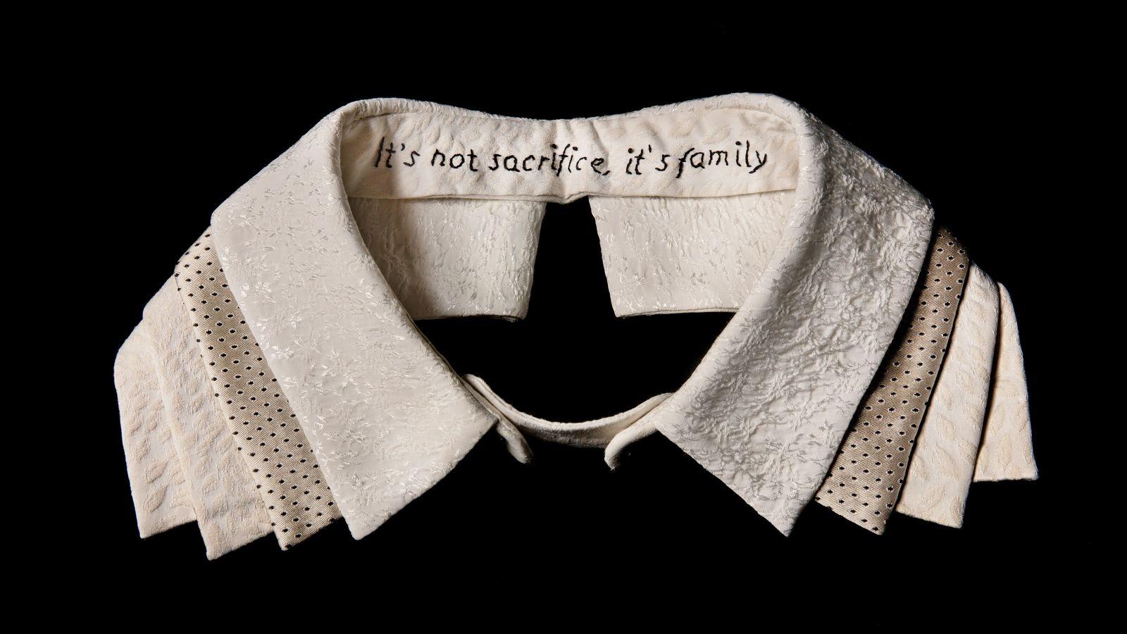"""Bestickter Kragen von Ruth Bader Ginsburg, auf dem steht """"It's not sacrifice, it's family"""""""