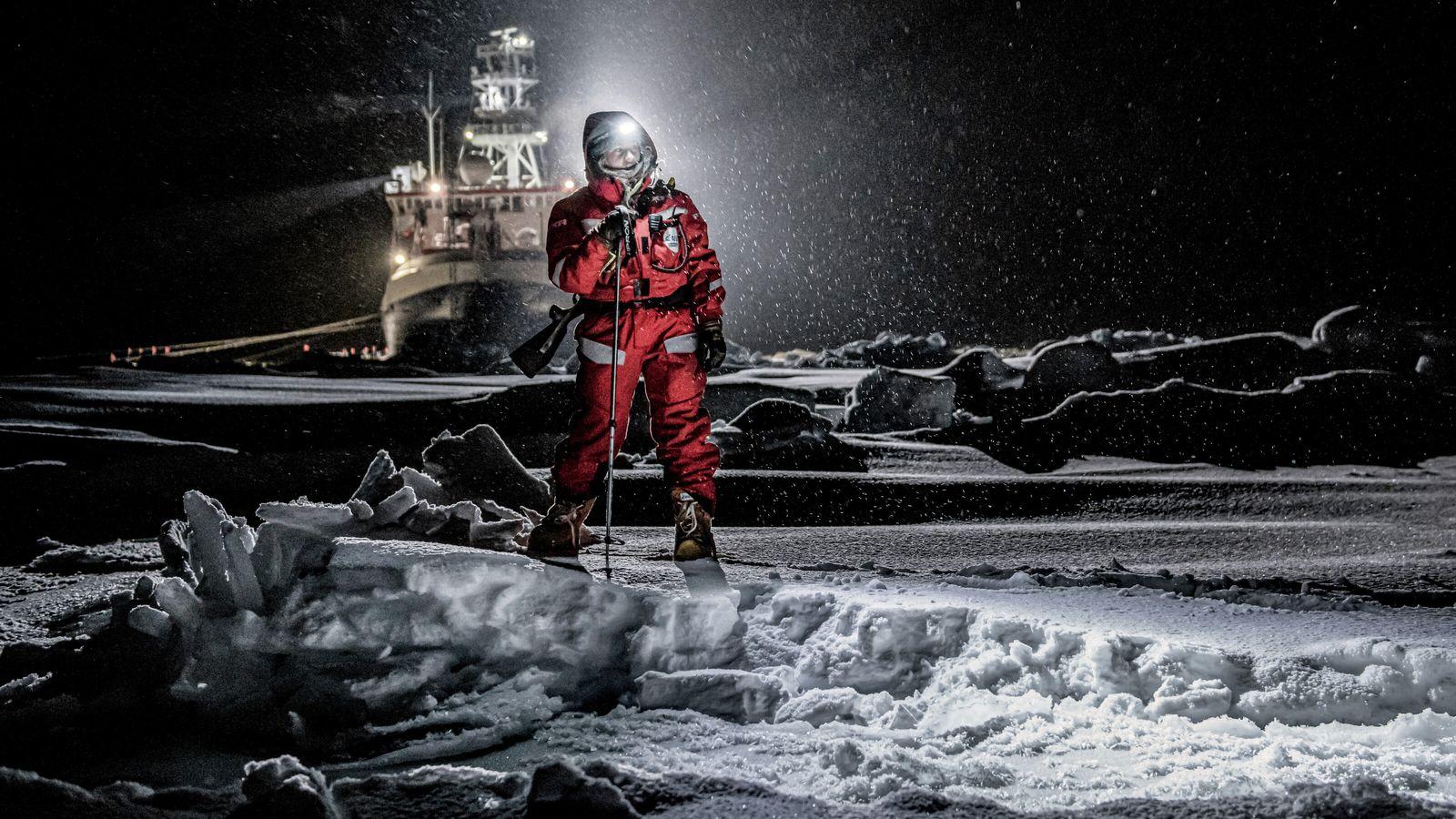 Eisbärenwache auf dem Eis des Arktischen Ozeans
