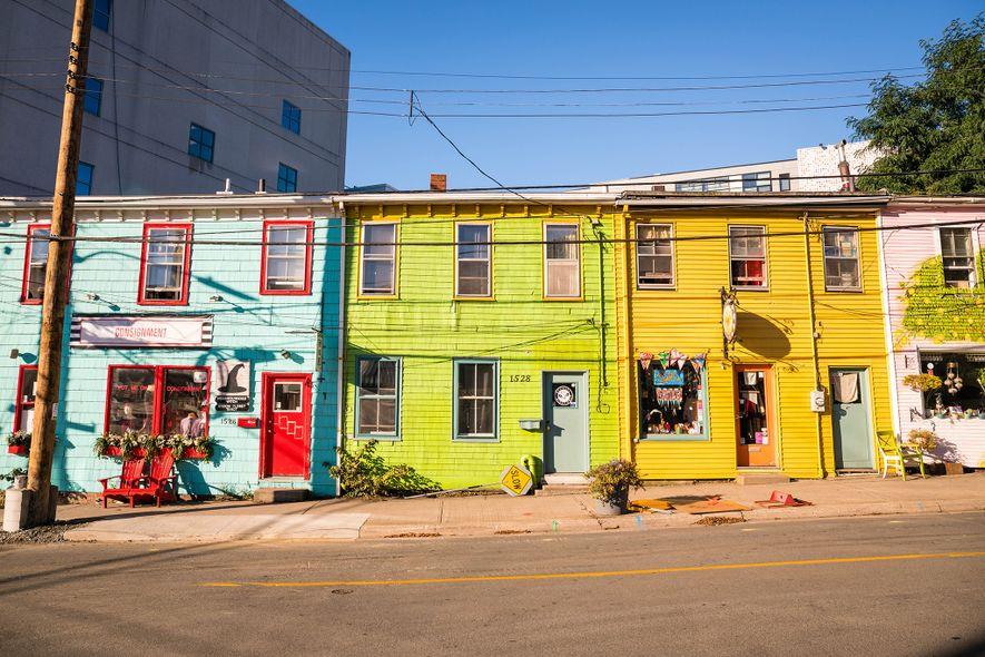 Eine Reihe bunt gestrichener Geschäfte verleiht der Queen Street im Stadtzentrum von Halifax Charakter.